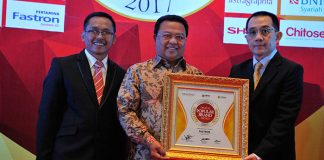 Penghargaan Indonesia Digital Popular Brand Award 2017 diterima oleh VP Sales & Marketing Domestic Retail Automotive, Syafanir Sayuti