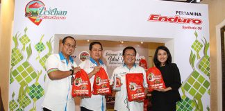 (Kiri – kanan) Corporate Secretary PT Pertamina Lubricants Arya Dwi Paramita, Brand Manager Small Engine Oil (SEO) Totok Subagyo, dan VP Sales & Marketing Domestic Retail Automotive Syafanir Sayuti pada Posko Lesehan Enduro dengan penjualan Ketupat Enduro