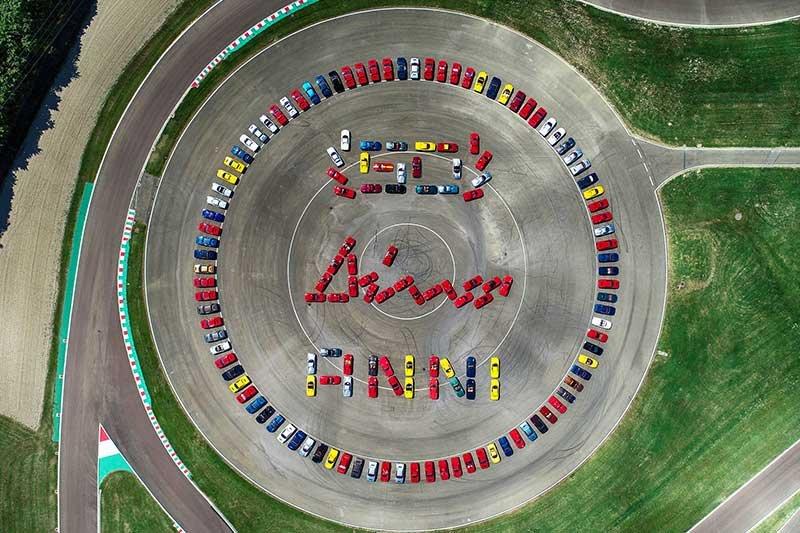Deretan mobil Ferrari Dino dalam perayaan ulang tahun ke 50 tahun di Maranello, Italia