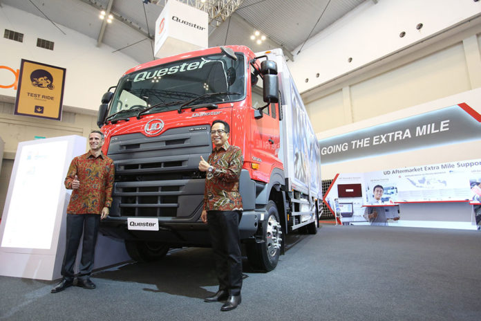 Mr. Valery Muyard - President Director of UD Trucks Indonesia dan Bpk. Aloysius Chrisnoadhi - CEO Astra Internasional berfoto bersama di salah satu produk unggulan UD rucks saat pembukaan GIIAS 2018